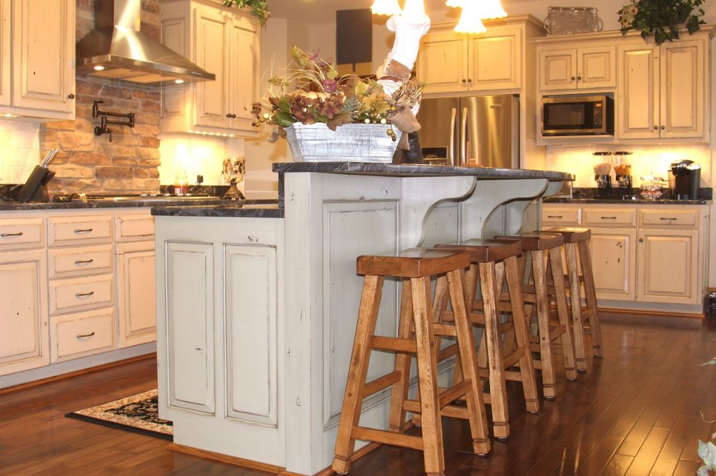 eat-in kitchen with bar